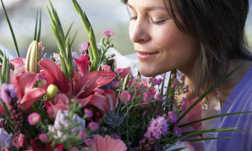 5 surprising ways to make your flowers last longer qu m s - Ways to make your flowers last longer ...