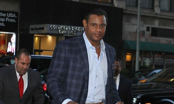 Sammy Sosa continues beaching his skin and appears whiter than ever